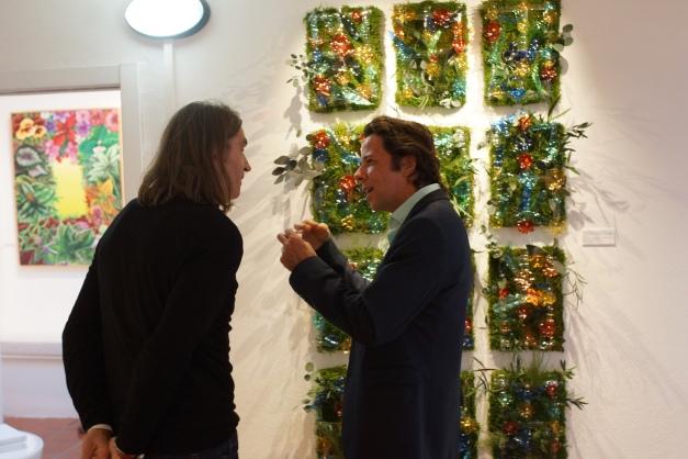 Denis Broduriès, DG de Monamour Natural Design explica la obra al Director de Ibiza Art Guide